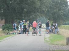 Groep wielrenners komt ten val in Markelo, één persoon raakt gewond