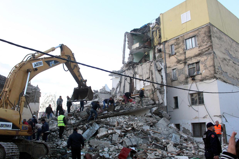 Hulpdiensten zoeken naar overlevenden na de aardbeving. Beeld EPA
