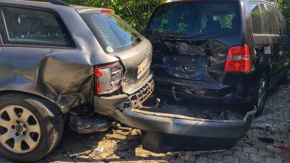 """Bestuurder knalt onder invloed van alcohol tegen twee wagens op oprit van woning: """"Al het derde ongeval in 21 jaar tijd bij ons"""""""