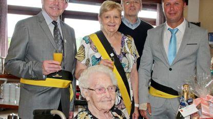 Elisabeth Debrabandere in de bloemetjes gezet tijdens honderdste verjaardag
