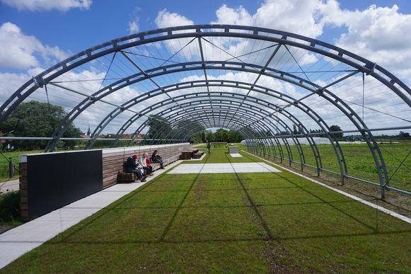 Deze pergola van 20 meter krijgt nog druivelaars en rabarber aangeplant.