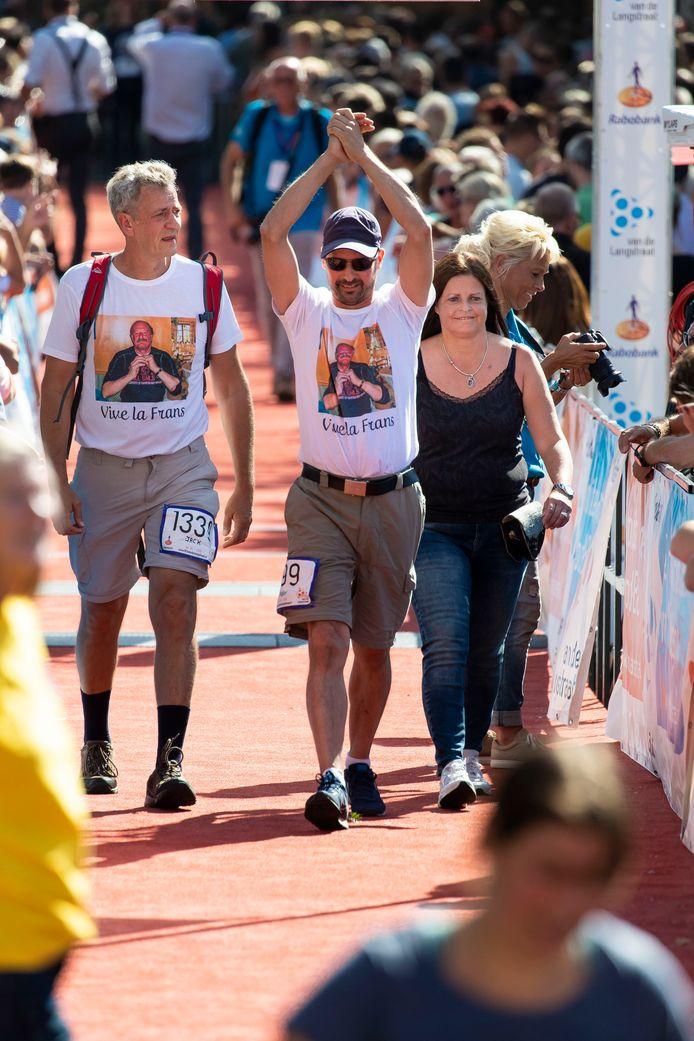 Rogier Oosterbaan (midden) loopt samen met Jack (links) en zijn zus Bianca (rechts) 'De 80' als eerbetoon aan zijn overleden vader. Bij het bereiken van de finish is de blijdschap groot.