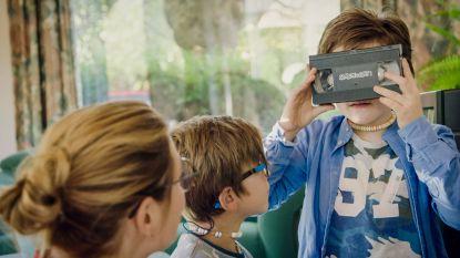 Evi Hanssen toont haar zoontjes voor het eerst een videocassette en hun reactie is hilarisch