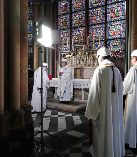 Eerste mis in Notre-Dame sinds brand: bisschop met witte bouwhelm