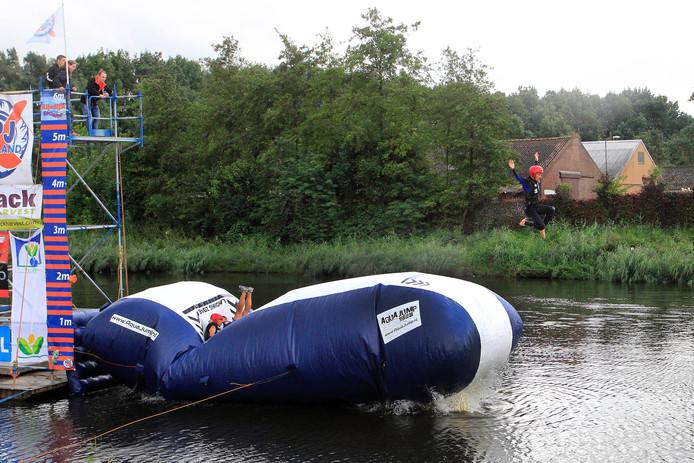 Een deelnemer neemt plaats voor op het drijvende luchtkussen en vervolgens springen er anderen op het luchtkussen waardoor de persoon die al voor op het luchtkussen zat wordt gelanceerd.