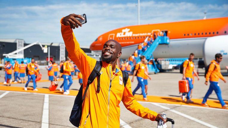 Martina maakt en selfie op Schiphol Beeld anp