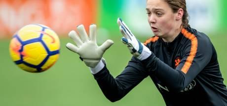 Tussen de doelpalen, daar gedijt Nikki (15) het best. 'Genieten in Oranje'