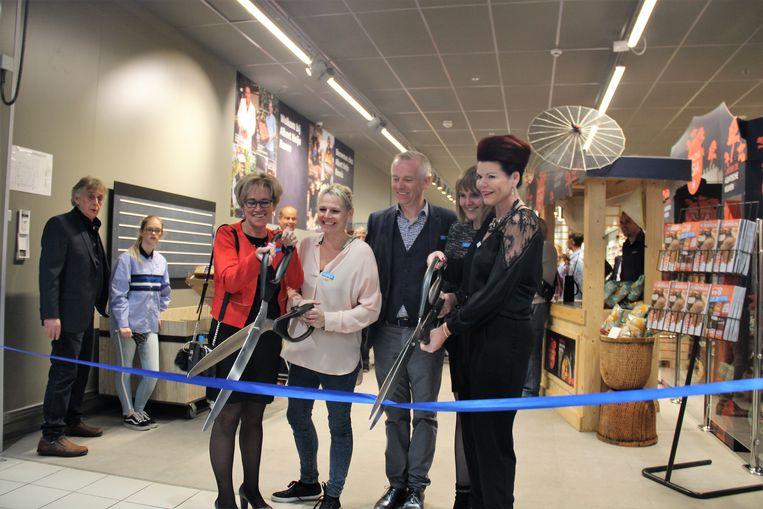 Het lintje van de Albert Heijn is doorgeknipt: de klanten zijn welkom.