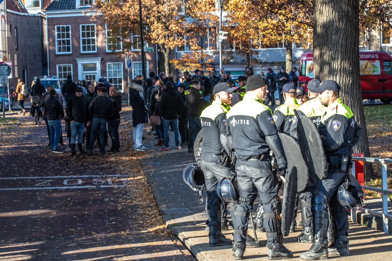 Al voor de intocht van Sinterklaas is er massaal ME op de been om voor en tegenstanders van Zwarte Piet uit elkaar te houden bij het Kerkbrugje in Zwolle.