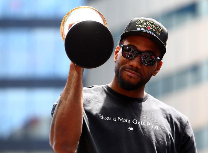 Kawhi Leonard met zijn MVP-trofee tijdens de parade van de Toronto Raptors.
