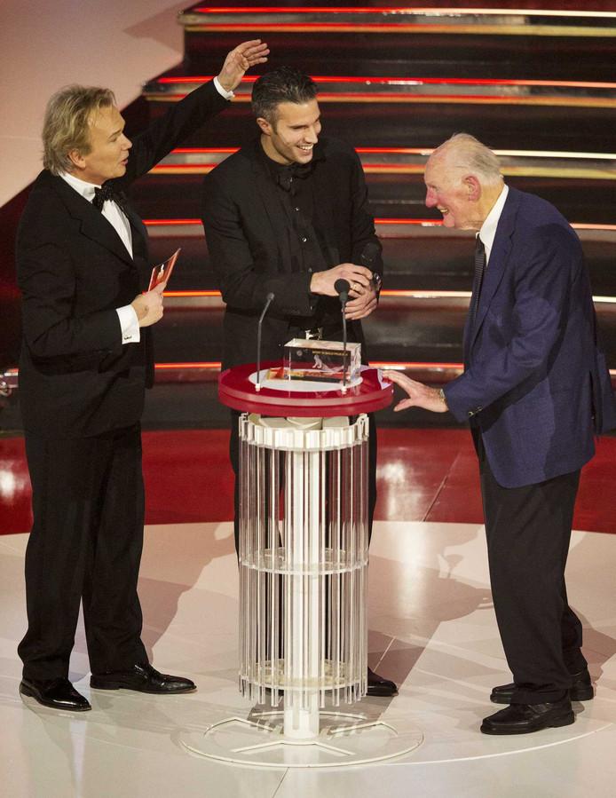 Robin van Persie met zijn opa Wim Ras en presentator Tom Egbers.