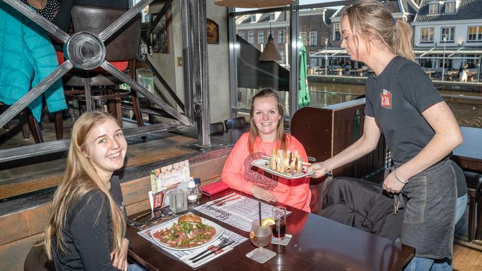 Nichtjes Stefanie Peijnenburg (19) en Brenda Aartman (26) lunchen als het even kan eenmaal per week in een restaurant in Alphen. Vandaag zijn ze neergestreken in De Zaak aan de Pieter Doelmanstraat.