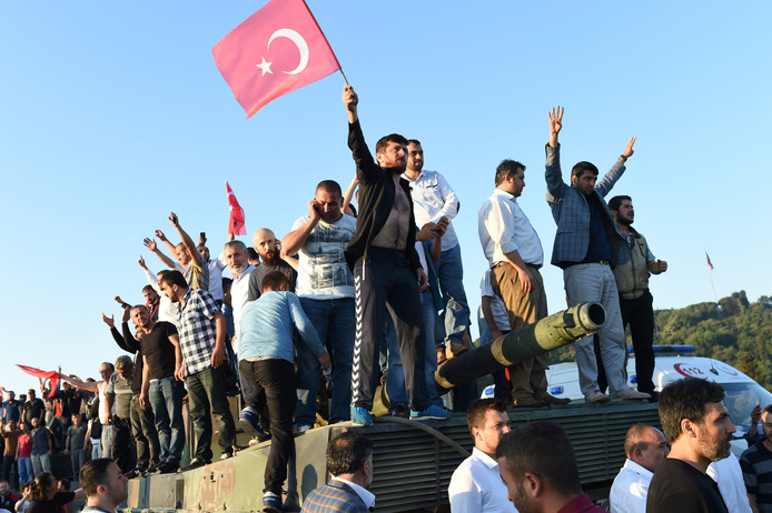 Betogers overmeesteren militairen op de Bosporus-brug in Istanboel.