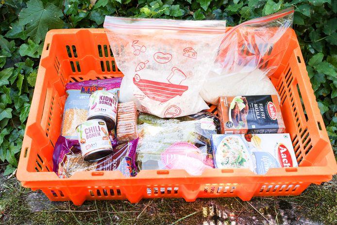 Een krat met etenswaren voor de studenten die financiële problemen hebben.