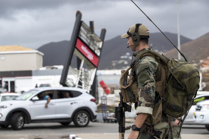 Mariniers houden toezicht op straat in Sint Maarten na orkaan Irma.