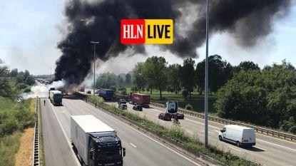 Autotransport en vrachtwagen in lichterlaaie op E17, snelweg volledig afgesloten, vermoedelijk één dodelijk slachtoffer