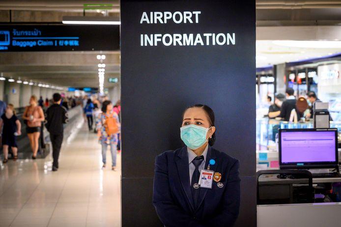 De behoefte aan informatie over de crisis rond het coronavirus is enorm. Ook op de luchthaven van Bangkok staan medewerkers met gezichtsmaskers klaar om mensen op de hoogte te houden