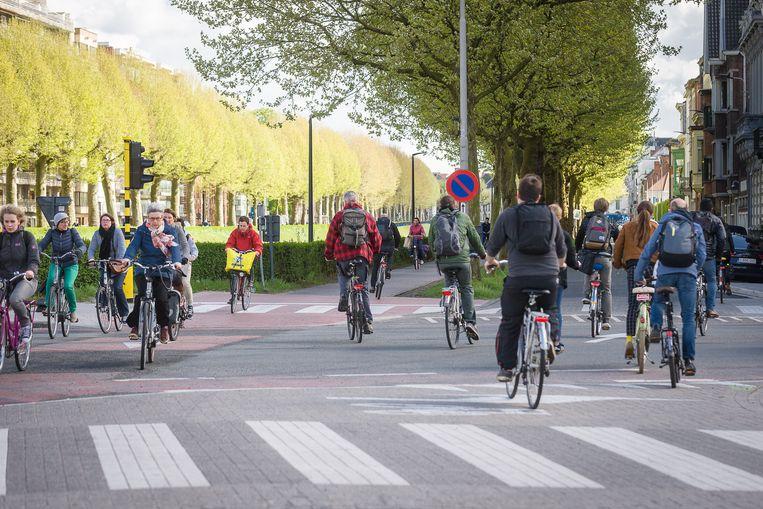20170425 Gent België: Het aantal fietsers in Gent is sinds de invoering van het nieuwe circulatieplan met 22% gestegen, hier aan de Coupure is dat goed te merken.