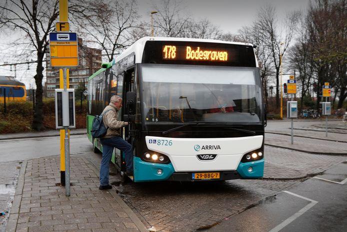 Een Arriva-bus bij het station in Gouda.