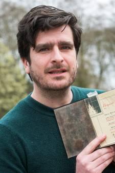 Oorlogsbijbel na 75 jaar veilig thuis: Oscar lost belofte van opa in en speurt verwanten Rien van Leeuwen op