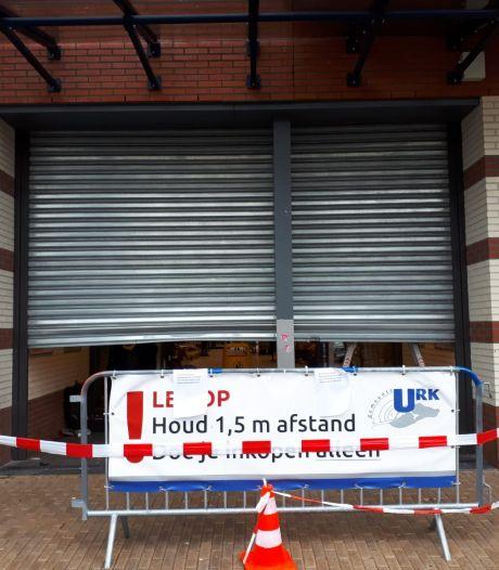 Onrustige nacht op Urk: inbraakpoging met heftruck bij winkelcentrum Urkerhard en brand in schaftkeet