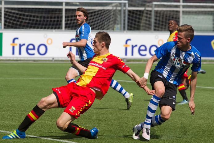 Teije ten Den (m) in actie voor Go Ahead Eagles in het seizoen 2015/16, tegen FC Eindhoven.