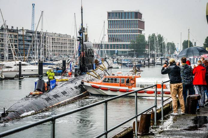 Zeebrugge: vertrek duikboot, de onderzeer moet eventjes worden rechtgeduwd door de sleepboot
