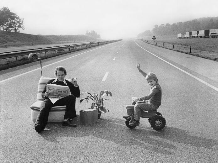 Vader bivakkeert met zoontje op een lege snelweg, tijdens autoloze zondag 1973 in verband met de oliecrisis.