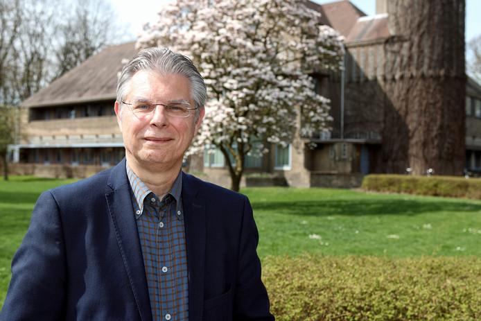 Patrick Knapen voor het hoofdgebouw van GGZ WNB op het landgoed Vrederust in Halsteren.