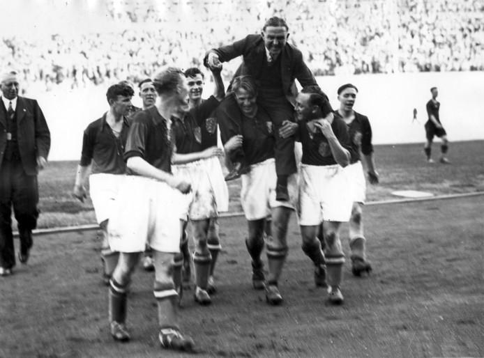 Trainer Bob Glendenning op de schouders na de 4-2 zege van Nederland op België in 1940 in het Olympisch Stadion in Amsterdam