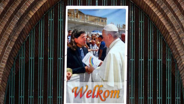 Boven de entree van de Vredeskerk is een afbeelding gehangen van de ontmoeting tussen Valkering en de Paus Beeld LPK