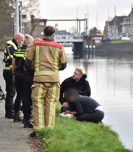 Hondje overlijdt na val in water bij Cromvlietkade, hulp van dappere omstander tevergeefs