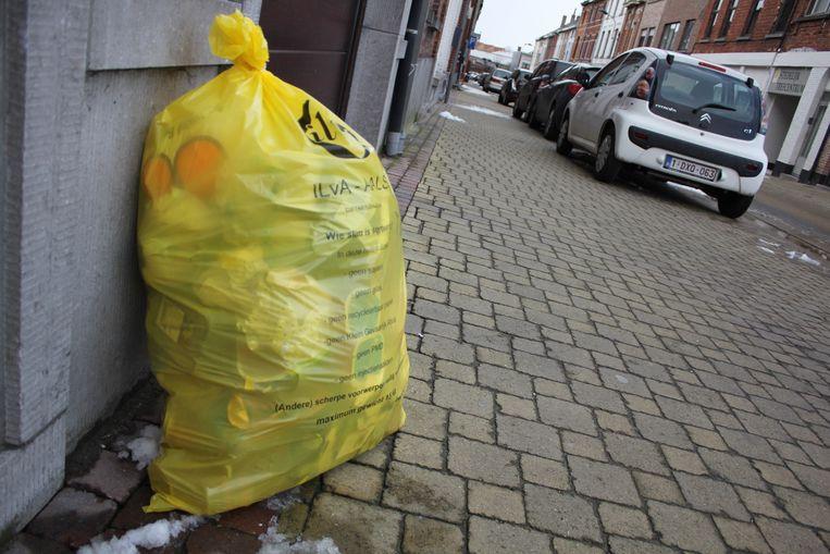 Illustratiefoto - De gele vuilniszak voor restafval zal in Kluisbergen plaats maken voor gechipte containers..