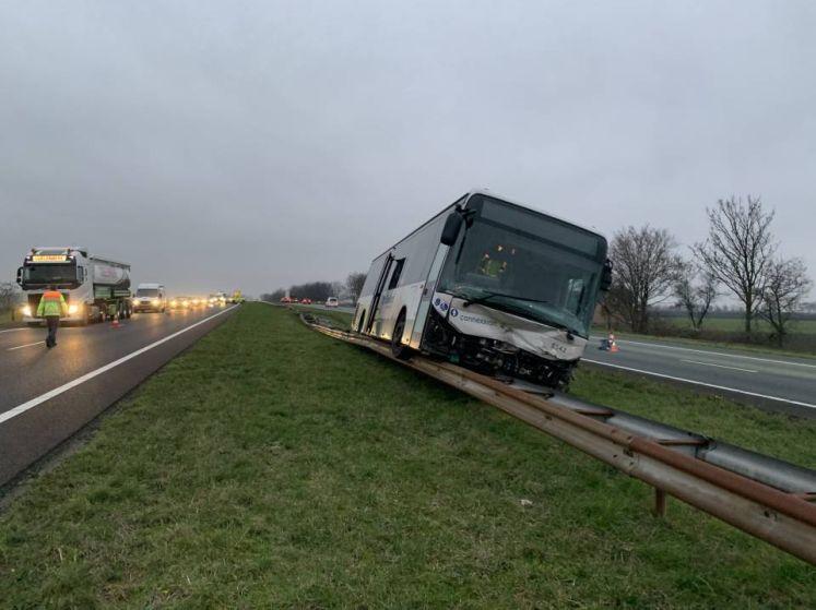 Buschauffeur ontwijkt hert en belandt op vangrail A58