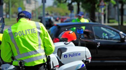 Gedrogeerde chauffeur zonder rijbewijs belandt na achtervolging met 160  per uur in gracht in Aartselaar