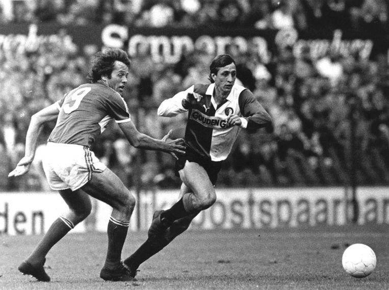 Een duel tussen twee oud-Ajacieden Arie Haan (l), voor PSV en Johan Cruijff (r) in het shirt van Feyenoord Beeld anp
