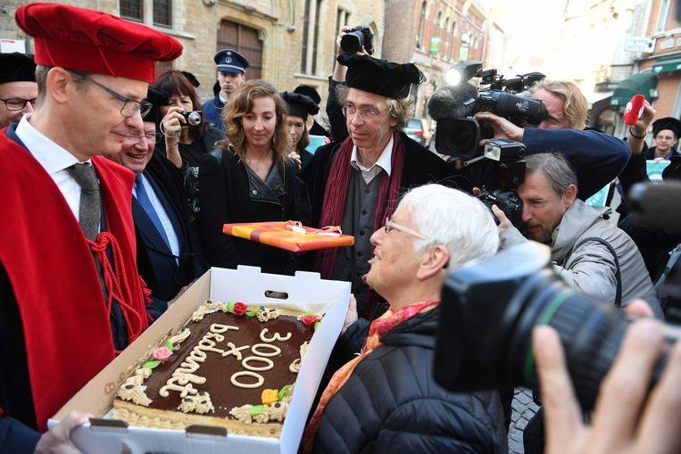 Wat later krijgt hij ook een taart met boodschap cadeau van de Leuvense Actiegroep Palestina (r.).