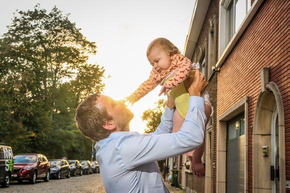"""Baby Pia met haar papa. """"Helaas zijn er nog veel andere kleine Pia's"""", zegt Test Aankoop."""