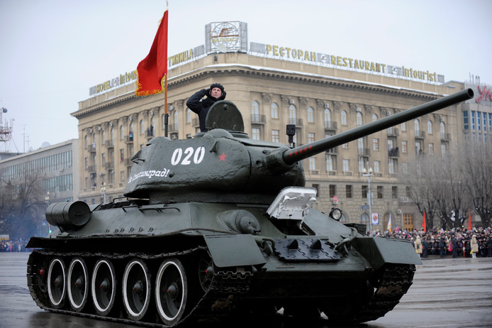 Een tank van het Rode Leger tijdens een militaire parade.