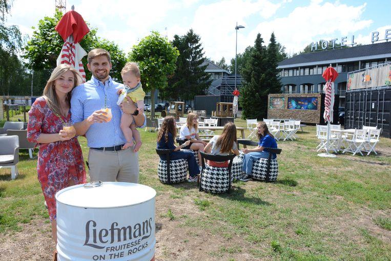 Pauline Peeters en Tim Van der Valk hebben de Thirsty Toucan Zomerbar dit jaar op het grasplein voor hun hotel opgesteld.