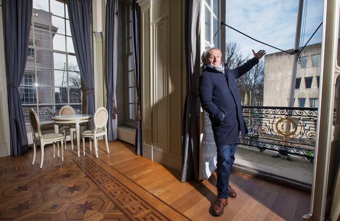 Karel de Rooij in de foyer van de Koninklijke Schouwburg met uitzicht op de voormalige Amerikaanse ambassade: ,,Wat dacht je van een theater daar?''