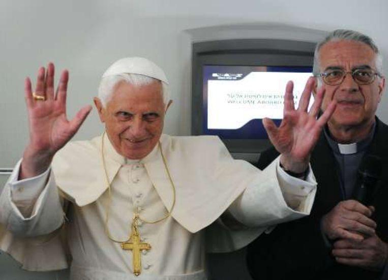 Paus Benedictus en zijn perswoordvoerder Pater Federico Lombardi.