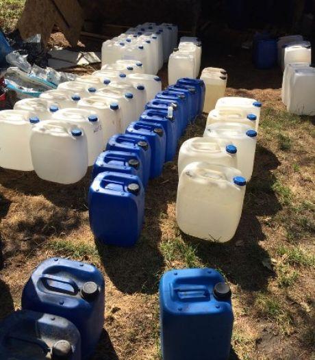 Inval politie leidt naar drugslab in Melissant, 6000 liter vloeistof aangetroffen