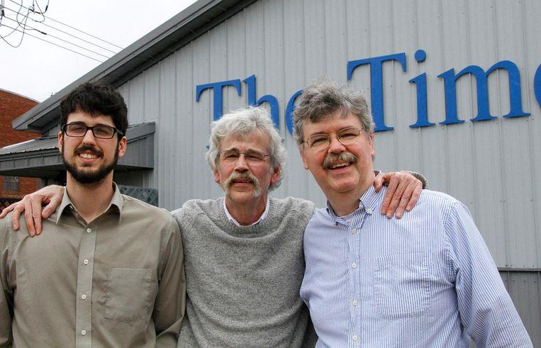 Art Cullen (m), mede-eigenaar en hoofdredacteur van The Storm Lake Times, zijn zoon Tom (l) en broer John (r). Beeld ap