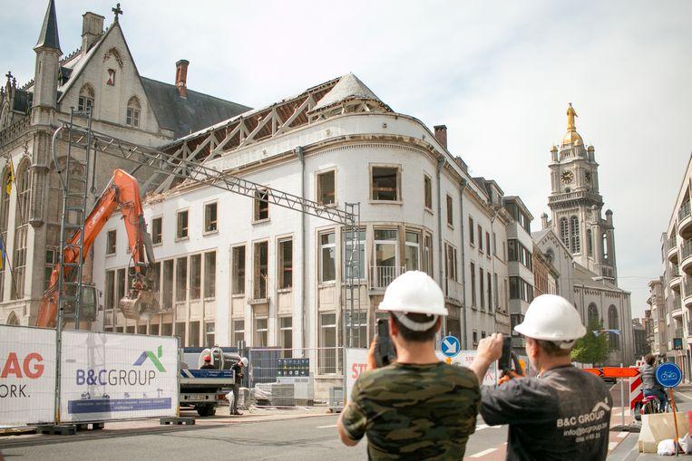 De grote afbraakwerken aan het stadhuis zijn van start gegaan. Ook voor de arbeiders van het bouwbedrijf zelf is dat bijzonder.