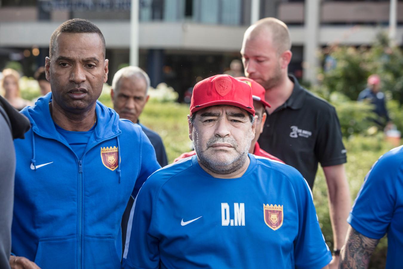 Diego Maradona met zijn voetbalclub bij de Brug in Mierlo, Energiedirect.nl haakte er met een publieksactie op in.