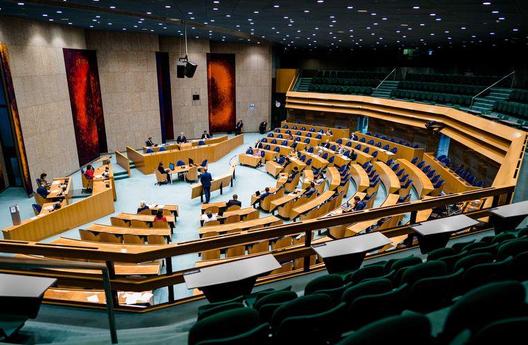 De plenaire zaal tijdens een debat in de Tweede Kamer over het coronavirus.  Beeld ANP
