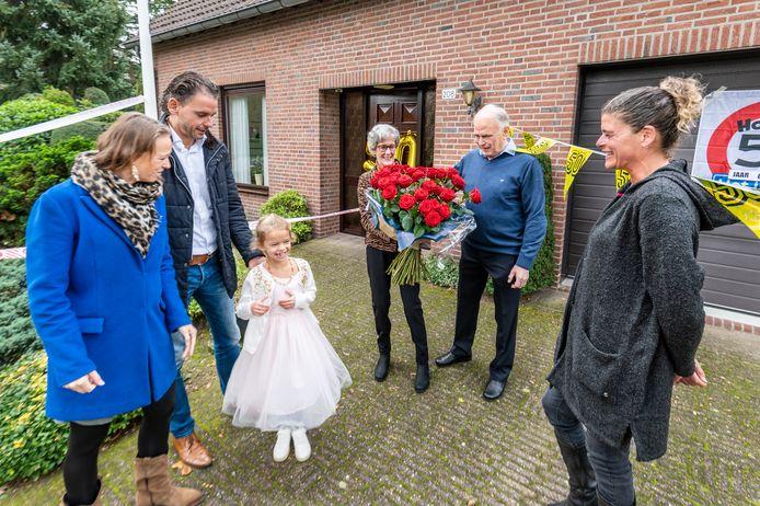 50 jarig paar Marjo en Geert Hermsen wordt gefeliciteerd met taart en bloemen en als verassing de zus uit portugal. ©THOMAS SEGERS / Van Assendelft
