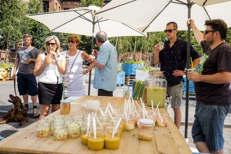 """De zomerbar is gisteren geopend. """"We willen hier een aangename ontmoetingsplaats voor iedereen van maken"""", zegt chef-kok Guus van Zon."""