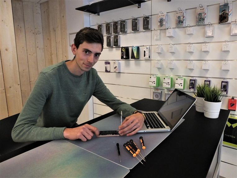 Aaron Schepens in zijn AS Repair center in de Tolpoortstraat.